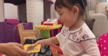 """""""น้องเป่าเปา"""" กับชั่วโมงเรียนภาษาจีน นั่งเรียนบ้าง วิ่งเล่นบ้าง หนีครูบ้าง ดุครูบ้าง ชวนครูเล่นบ้าง (คลิป)"""