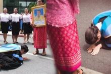 บัณฑิตสาวสวมครุยกราบเท้าแม่ที่กอดรูปพ่อที่ไร้วิญญาณ (คลิป)