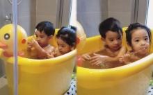 """มาดู """"น้องอลิน-น้องอลัน"""" เขาอาบน้ำกัน ขยันคุยกันจริงๆ เลยลู๊กกกก น่ารักเว่อร์!! (คลิป)"""