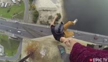 สุดเสียว! หนุ่มปีนสะพานมอสโกว์บริดจ์ ที่ยูเครน แถมตีลังกาโชว์