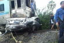 รถไฟชนคัมรี่ ไฟลุกวอดทั้งคัน ดับสยอง 2 ศพติดใต้ซาก!!