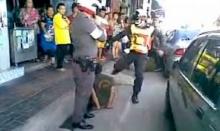 อึ้ง!ตำรวจเตะคนเมาสลบคาที่ ฉุนขัดขืนจับกุม โดนเด้งเข้ากรุ