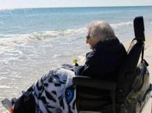 สุดประทับใจ! คุณยายวัย 100 ปี เหยียบทะเลครั้งแรกในชีวิต