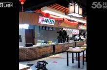 ระทึก! ลูกค้าจีนโดนรุมตึ๊บ หลังโวยเชฟฝีมือแย่