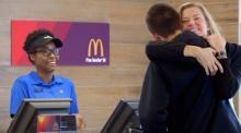 สุดยอด!!! McDonald's ให้ลูกค้ากอดกันแทน จ่ายเงิน
