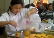 ทึ่ง!สาวจีนร้านขายขนมมือจรวด หยิบใส่ถุงเร็วจนตาลาย