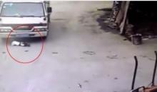 อุทาหรณ์!!! ปล่อยเด็กเล่นบนถนน รถบรรทุกมองไม่เห็นหวิดทับ