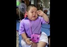 สกิลขั้นเทพ!!! วิธีรับมือเวลาแม่โกรธของเด็กคนนี้ ทำให้ใครเห็นก็โกรธไม่ลงจริงๆ!