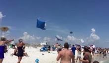 นักบินเอฟ 18 แกล้งนักท่องเที่ยวริมหาด บินโฉบต่ำ-ร่มผ้าใบปลิวว่อน!!