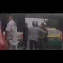 ภาพเหตุการณ์ ตำรวจ vs แท็กซี่ ต่อยกันคืออะไร?