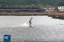 อย่างเทพ!!พระเส้าหลิน  โชว์วิ่งบนน้ำได้ยาวที่สุดในโลก 125 เมตร!!