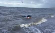 จอดรถไว้ริมหาด...ซักพักเจอคลื่นซัดออกกลางทะเล