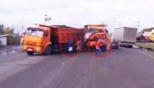 โกงตาย!! ชาย-หญิงรอดตายจากรถบรรทุกชนกันอย่างเหลือเชื่อจริงๆ
