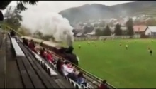 เก๋อะ!! รถไฟวิ่งตัดผ่านสนามฟุตบอลในสโลวาเกีย
