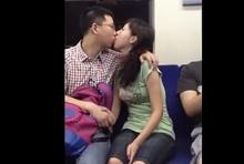 คู่รักหน้าไม่อาย ดูดปากโชว์กลางรถไฟ!!