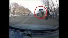 เกือบตาย!! รถตู้สะดุฝาท่อหน้าทิ่ม โชคดีคันหลังหลบทัน!
