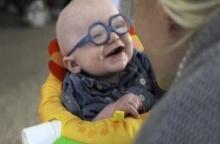 หนูน้อยผิดปกติทางสายตายิ้มหวาน เมื่อได้เห็นหน้าแม่ชัด ๆ ครั้งแรกผ่านแว่นตา