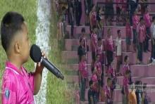 น้องภูมิ ไมค์ทองคำ ร้องเพลงสรรเสริญพระบารมี กึกก้องทรงพลังกลางสนามฟุตบอล