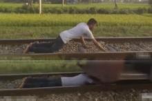 รอดหรือไม่รอด! หนุ่มคลั่งนอนบนรางให้รถไฟวิ่งผ่าน หัวใจจะวาย!!!
