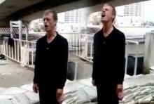 ใครๆก็รักพ่อหลวง!! แชร์ว่อนคลิปฝรั่งยืนตรง ร้องเพลงสรรเสริญพระบารมี