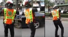 เป็นการ โบกรถที่ มันมากค่ะ คุณตำรวจ!!