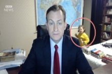 """ผู้ประกาศข่าว BBC ถูกลูกแย่งซีนระหว่าง """"สัมภาษณ์สด"""" ออกทีวี ทำเอาผู้ชมยิ้มไปตามๆ (มีคลิป)"""