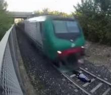 ท้าความตาย! หนุ่มพิเรนทร์อัดคลิปนอนบนรางรถไฟให้รถแล่นผ่าน