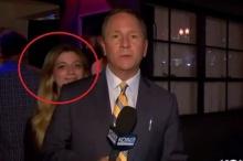 โดนป่วน!!! ผู้สื่อข่าวมะกัน ถูกสาวที่เดินผ่านมา เลียหัว