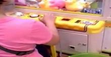 คุณป้าโชว์เทพ! เล่นตู้คีบตุ๊กตาอย่างมืออาชีพ