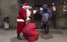 ชาวเมืองอึ้ง! เมื่อ Santa แจกของให้คนไม่มีบ้าน