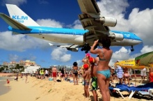เครื่องโบอิ้งบินเฉียดหัว! คนแห่ไปเซลฟี่ หาดมาโฮ
