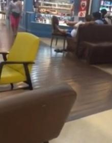 คลิปชาวจีน เอาเท้าขึ้นโต๊ะกลางห้าง