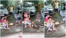 ช็อก! เด็กเล็กๆ 3 คนนั่งเล่นกับงูเหลือม