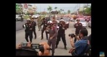 พี่ตำรวจทำไร ทำไมเต้นกลางถนนด้วยล่ะ???