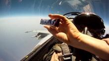 อยากรู้ไม๊? เวลานักบินเขาส่ง 'ขนม' กันกลางอากาศเป็นยังไง!!