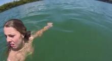ทั้งขำ ทั้งสงสาร ! นาง ว่ายน้ำแล้วเจออะไรอยู่ในน้ำ ร้องกรี๊ดลั่นเลย