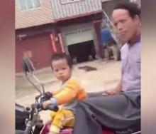 ทำไปได้!! เด็ก 2 ขวบซิ่งมอไซค์กลางถนนโดยมีปู่ซ้อนท้าย!!!