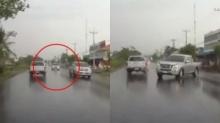 ดูเป็นตัวอย่าง!! ฝนตกถนนลื่นควรตั้งสติ ขับรถเสียหลักข้ามเลนชนยับ งานนี้เจ็บหนักมาก