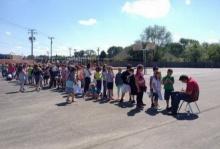 นักเรียนนับร้อยยืนต่อแถวรอให้ ภารโรง เซ็นหนังสือรุ่นให้พวกเขา ด้วยเหตุผลสุดอบอุ่น