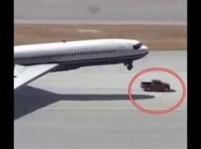 วินาทีระทึก!! ฮีโร่ใจเด็ด..ขับรถกระบะพุ่งเข้ารองรับล้อเครื่องบินที่ชำรุด ให้ลงจอดได้