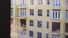 ลุ้นระทึก หนุ่มติดบนตึกขณะไฟไหม้ บอกได้คำเดียวว่า OMG