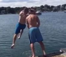 ต้องโดน!!! หนุ่มสั่งสอนเพื่อนที่ยืน ฉี่ ลงแม่น้ำ