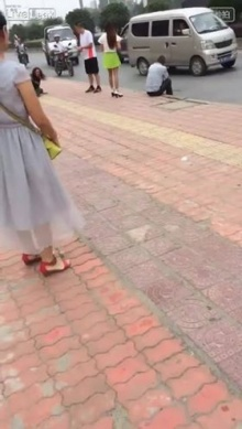 ผัวโหด! เตะเมียล้มคว่ำกลางถนหลังจับได้แอบนัดกิ๊กกับชายอื่น