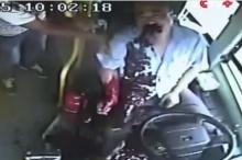 เห็นแล้วสยอง!!! เมื่อคนขับรถบัสที่จีนขับรถอยู่ดี ๆ เลือดพุ่งจากปาก