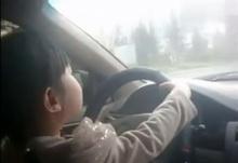"""ชาวจีนแชร์หนัก ไม่พอใจ พ่อแม่ประมาทปล่อยให้ """"ลูกสาวขับรถ"""" ก่อนวัยอันควร"""