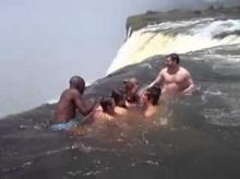 เป็นคุณจะกล้าเล่นน้ำกันแบบนี้มั้ย!? ไม่กลัวกันบ้างเล๊ยย