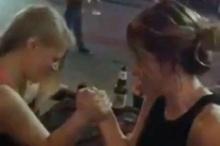สองสาวออสซี่แข่งงัดข้อ แต่ลงเอยด้วยแขนหักขนาดนี้!!