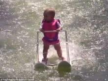 เก่งอะไรขนาดนี้!!หนูน้อยวัย6เดือนโชว์สกิลเล่นสกีแบบมืออาชีพ!!