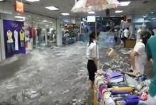 ช็อค! นาทีน้ำทะลักเข้ากลางห้าง! น้ำท่วมรุนแรงมาก(คลิป)