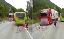 วินาทีสุดระทึก!! เจ้าหนูข้ามถนนไม่ดูอีกฝั่ง รถบรรทุกยักษ์พุ่งเข้ามาจังๆ !!? (คลิป)